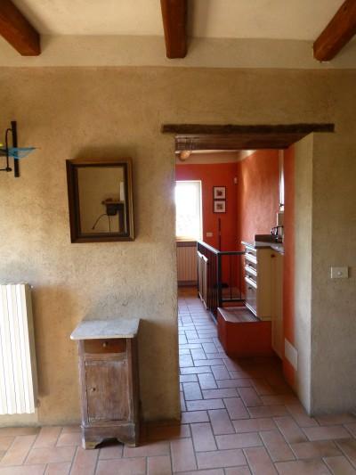 Doorkijk van zitkamer naar keuken en trap naar beneden