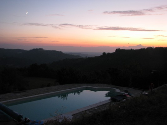 zwembad bij avondlicht met zicht op Monviso