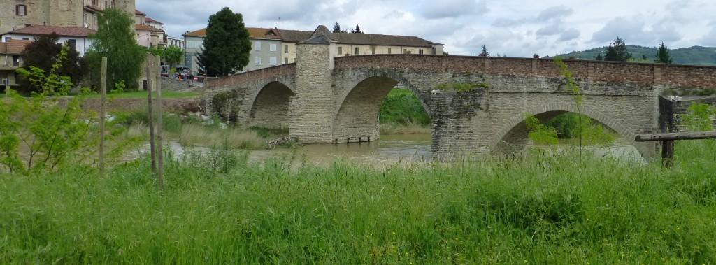 middeleeuwse brug bij Monastero Bormida in de Langhe